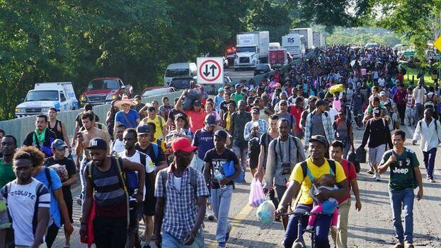 Miles de cubanos, centroamericanos y africanos componían la nueva caravana migrante. (EFE)