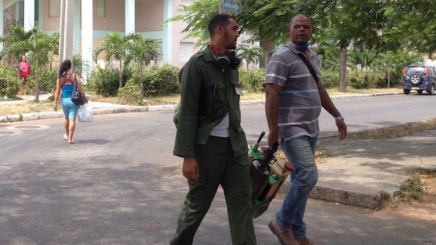 Militares en la campaña de fumigación contra el Aedes aegypti. (14ymedio)