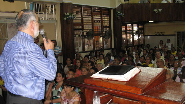 Ministro celebrando un culto en la Iglesia Liga Evangélica cubana (Iglesia Evangélica Hispana)