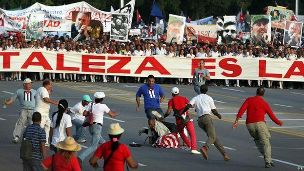 Momento en el que reprimen a Daniel Llorente en la manifestación del Primero de Mayo en La Habana. (EFE)