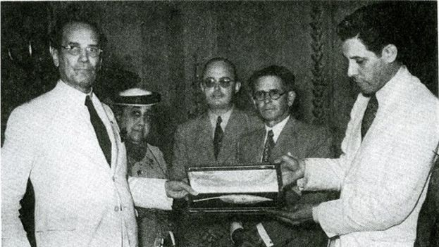 Momento en el que se le presente a Marquez-Sterling la pluma de oro con que se firmó la Constitución de 1940. (Cuban Cultural Center)