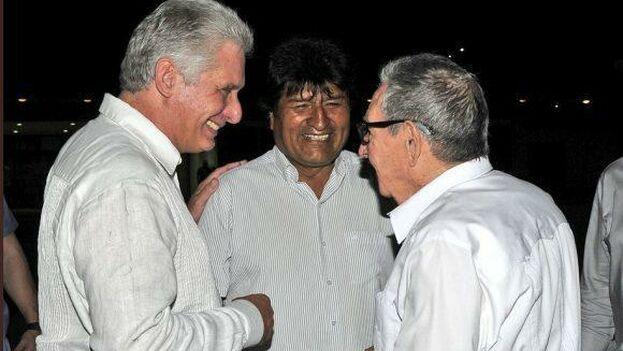 Morales aprovechó su escala en La Habana para reunirse con Castro y Díaz-Canel. (@PresidenciaCuba)