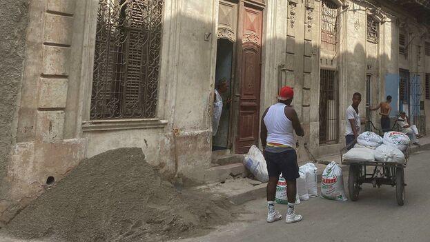Muchas familias usan el dinero de la remesa para remodelar sus casas. (14ymedio)