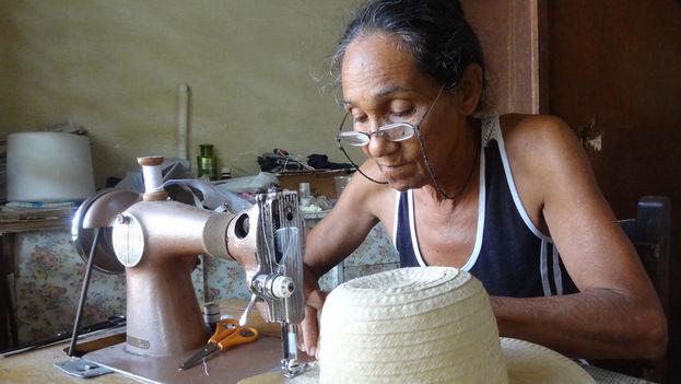 Mujer costurera en Cuba. (14ymedio)