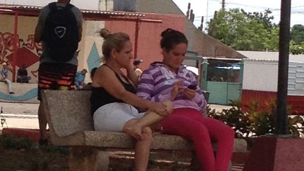 Mujeres conectadas al internet wifi en un parque de Jagüey Grande. (14ymedio)
