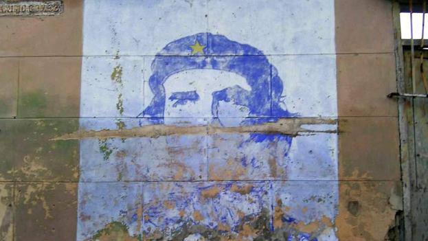 Los murales con el rostro del argentino no pueden escapar al deterioro de una realidad que poco se parece a la que él proyectó