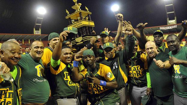 El equipo de Pinar del Río en el momento en que se tituló campeón de la 53 Serie Nacional de Béisbol, tras vencer a la selección de Matanzas, en el estadio Victoria de Girón en 2014. (AIN)