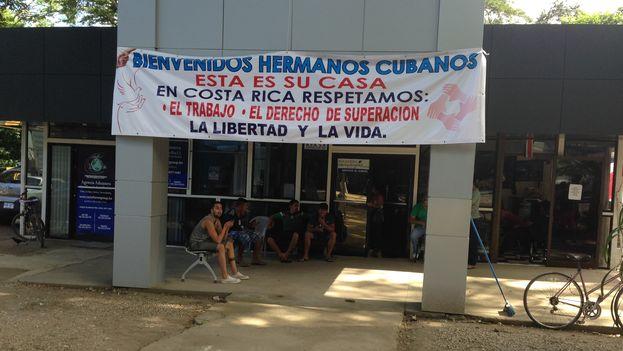 A pocos metros de la frontera con Nicaragua, los costarricense reiteran su solidaridad con los cubanos (Foto 14ymedio/Reinaldo Escobar)