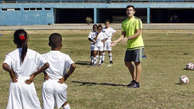 Niños cubanos entrenenan con el astro del fútbol madrileño. (EFE)