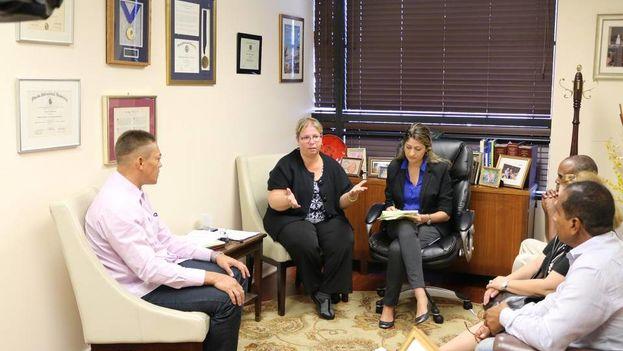Los ex prisioneros políticos cubanos Niorvis Rivera (izq.), Aracelio Riviaux y Jorge Ramírez (der.) hablan con miembros del equipo de la congresista Ileana Ros-Lehtinen. (Cortesía)