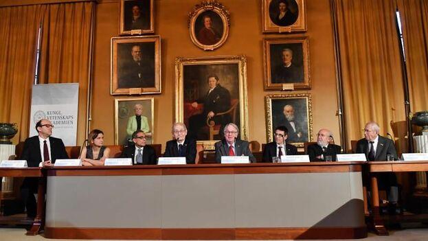 Los premios Nobel de Física, Química y Economía ofrecen cada año una rueda de prensa conjunta antes de recoger el galardón. (EFE)