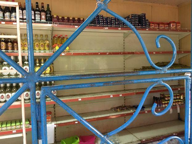 Así se encontraba este miércoles el kiosco del mercado Nuevo Milenio en La Timba. Sin leche, salsa de tomate o atún, decenas de habaneros acudían al establecimiento para guardar provisiones. (14ymedio)