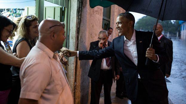 Obama caminando por las calles de La Habana Vieja. (Casa Blanca/Pete Souza)