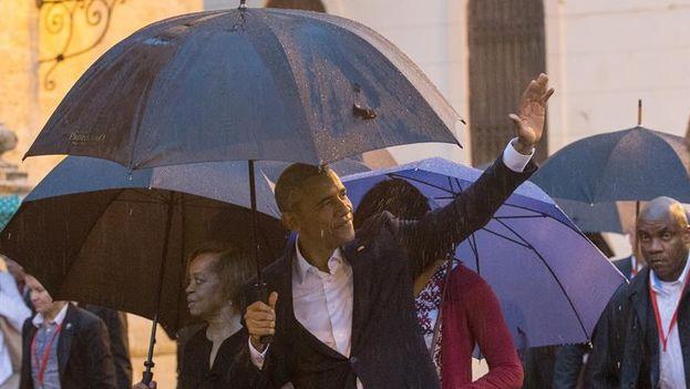 Obama, junto a su esposa Michelle y sus hijas Sasha y Malia, visitaron el centro histórico de la capital de Cuba. (EFE/Orlando Barría)