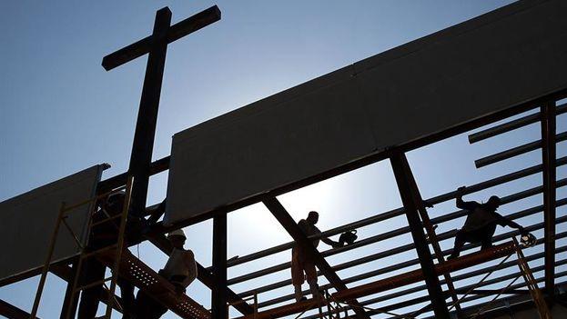 Obreros cubanos trabajan en la construcción del altar en que oficiará su primera misa el Papa Francisco en la Plaza de la Revolución. (EFE/Alejandro Ernesto)