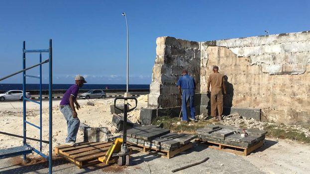 Obreros de la Oficina del Historiador de La Habana desmantelan el monumento a Calixto García en el malecón habanero. (14ymedio)