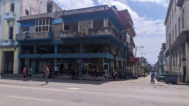Oficina de Correos de Cuba en la esquina de Infanta y San Lázaro, donde hay otra sucursal de Western Union. (14ymedio)