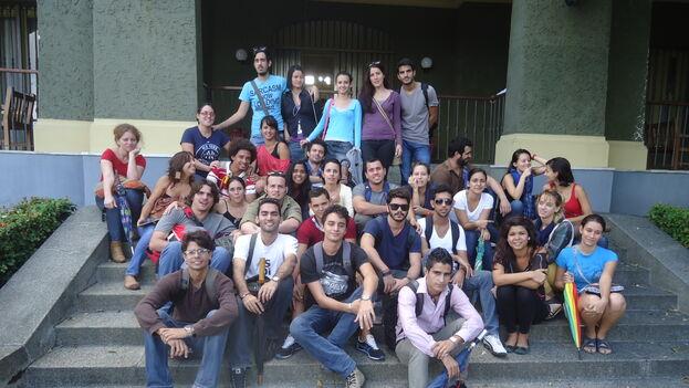 Omara Ruiz Urquiola con sus alumnos en la casa de las tejas verdes. (Cortesía O. R. U.)