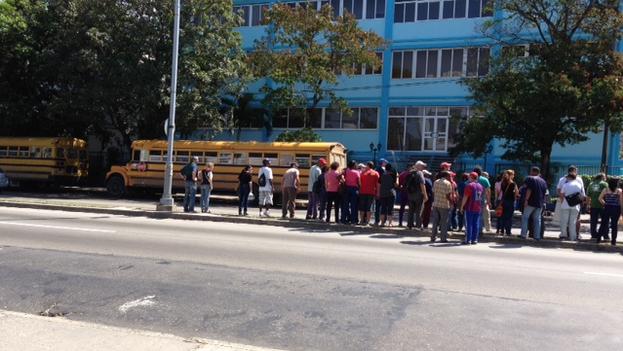 Ómnibus en que fueron trasladadas las personas para el acto de repudio contra las Damas de Blanco en La Habana (14ymedio)