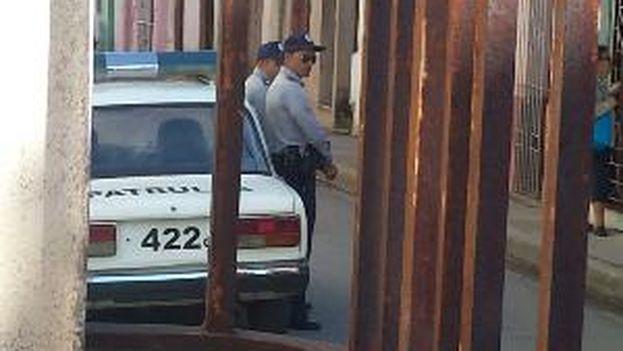 Operativo policial a las afueras de la casa de Yiorvis Bravo. (14ymedio)