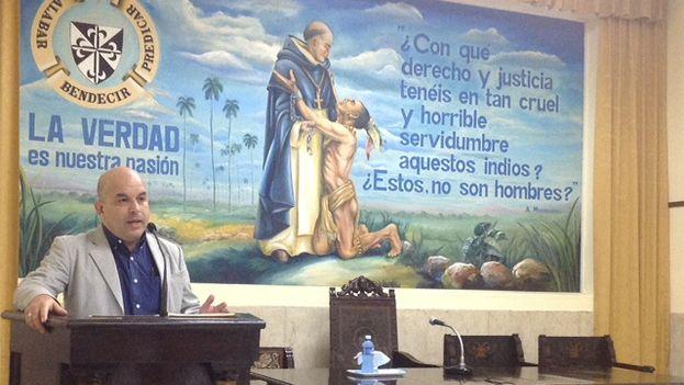 Orlando Márquez durante su conferencia 'Iglesia y Estado laico', en el aula Fray Bartolomé de las Casas. (14ymedio)