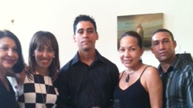 La cantante Sory y la actriz Diana Rosa Suárez junto a activistas de la UNPACU. (Yusmila Reyna)