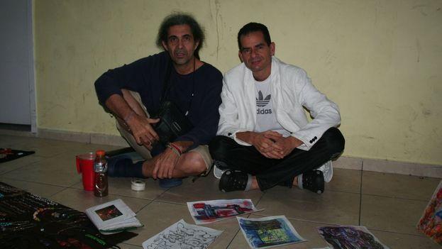 Osvaldo (izq.), originario de Puerto Padre y quien trabajaba de instructor de arte hasta que logró viajar a Venezuela; junto a Javier (der.) que llegó a través de Argentina. (cortesía de los cubanos en el Hotel Carrión)