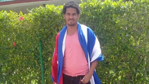 En el momento del arresto Otero Alcántara llevaba una bandera cubana sobre sus hombros. (Facebook)