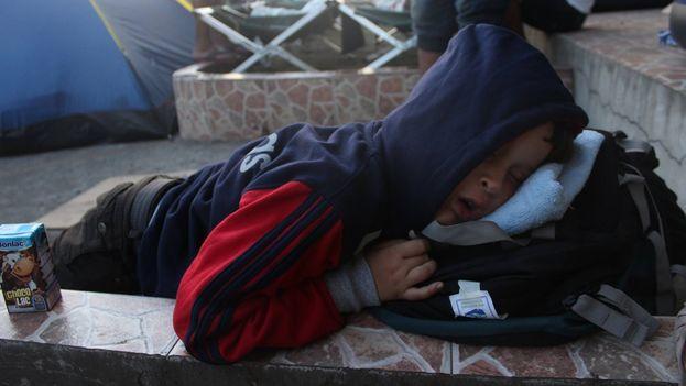 Un niño cubano duerme cerca de la frontera entre Panamá y Costa Rica a la espera de proseguir junto a su familia viaje hacia EE UU.(Silvio Enrique Campos migrante cubano en Panamá)