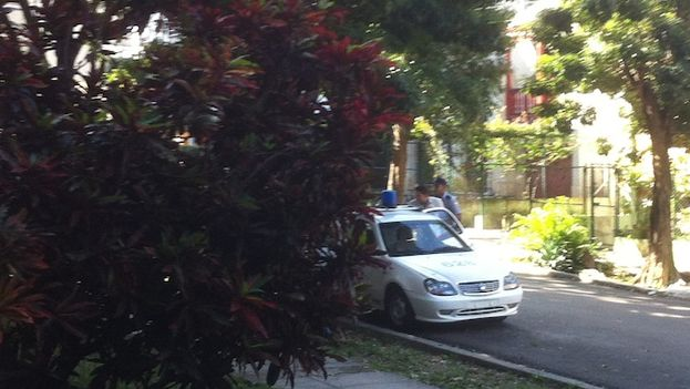 Patrulla policial arrestado el pasado martes al activista Eliécer Ávila, ya en libertad. (14ymedio)