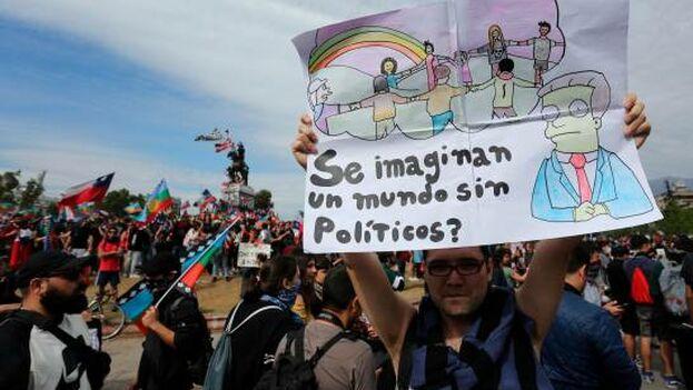 Personas llegan a manifestarse en la plaza Italia, por la crisis social que vive el país. (EFE)