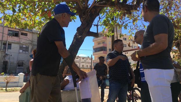 Personas mayores llegaban en busca de noticias a la embajada. (14ymedio)