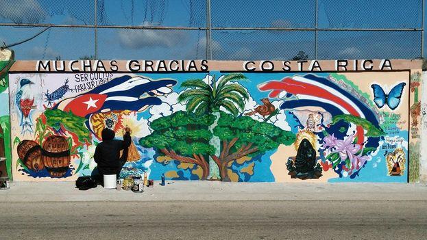 Pintura mural realizada por los cubanos varados en Costa Rica.