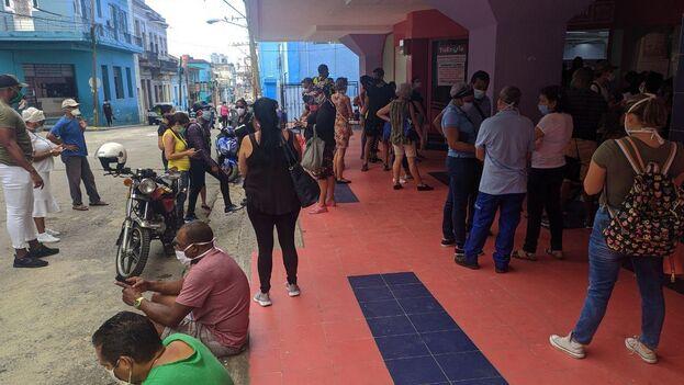 A las afueras de la Plaza de Carlos III, en La Habana, los clientes esperaban este viernes para recuperar sus pedidos. (14ymedio)