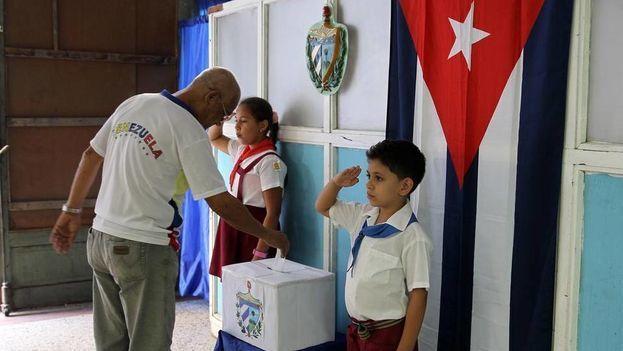 Un hombre ejerce su derecho al voto en las elecciones al Poder Popular en La Habana. (Archivo EFE)