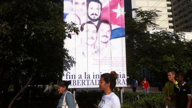 """Poster callejero de """"Los cinco"""" desteñido por el sol y los largos años de campaña. (14ymedio)"""
