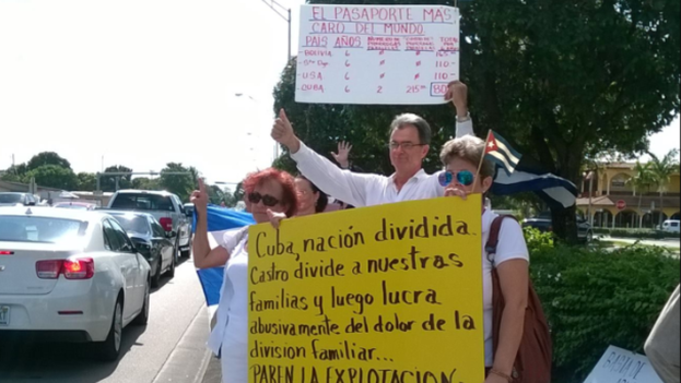 """Protesta para denunciar los """"precios excesivos"""" de los vuelos entre Cuba y EE UU. (MOVIMIENTO DEMOCRACIA)"""