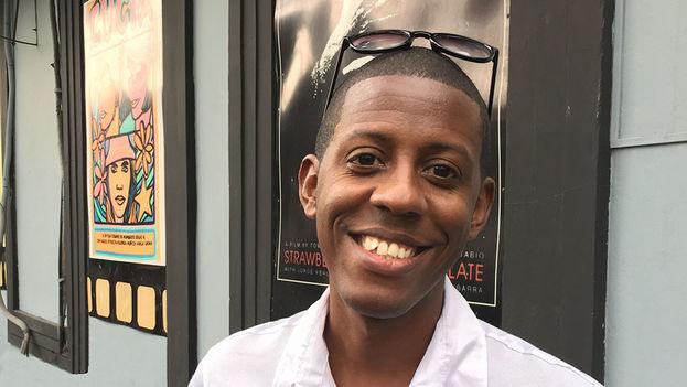 Pedro Pulido, director del cortometraje 'Ramona', a las afueras del centro cultural Fresa y Chocolate en La Habana. (14ymedio)