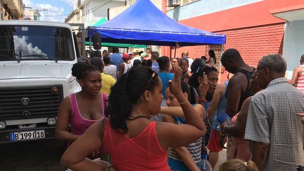 Punto de venta de alimentos para damnificados en la calle Ánimas, Centro Habana. (14ymedio)