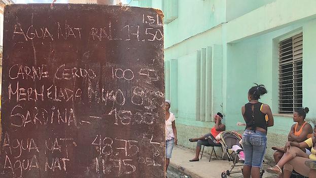 Kioscos estatales en diferentes puntos de La Habana venden comida elaborada para los damnificados. (14ymedio)