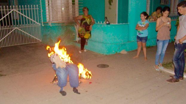 Quemar el año viejo es una de las tradiciones de fin de año que celebran los cubanos. (Juan Carlos Fernández/14ymedio)