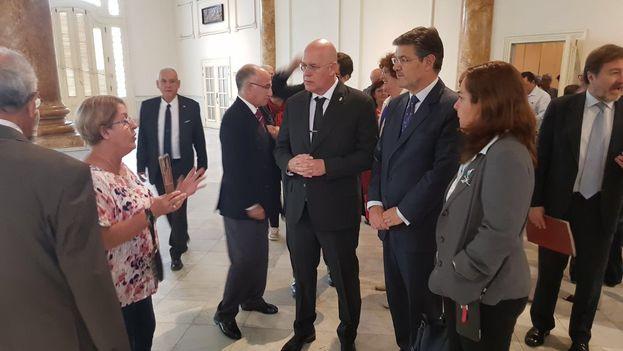 Rafael Catalá junto a representantes de la colonia española en La Habana. (@RafaCatalaPolo)