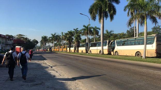 La avenida Rancho Boyeros en La Habana se llenó de guaguas que transportaban a los uniformados. (14ymedio)