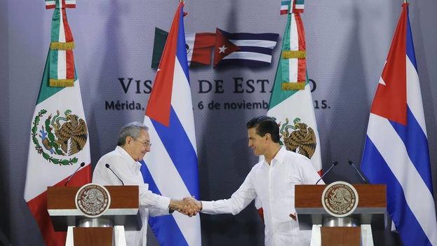 Raúl Castro y Enrique Peña Nieto durante una conferencia de prensa (Foto EFE)