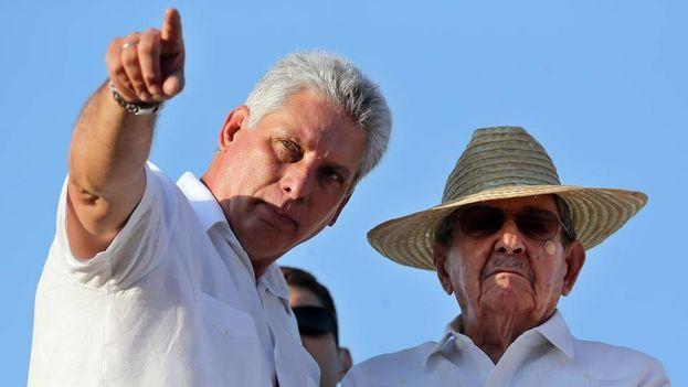 El general presidente cubano, Raúl Castro acompañado por Miguel Díaz Canel, vicepresidente, el primero de mayo. (Archivo)