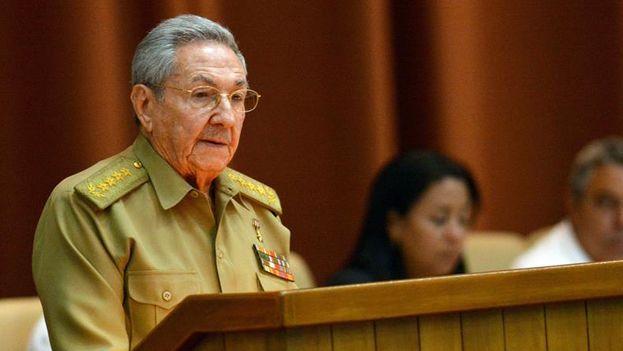 """Raúl Castro, admitió hoy que la economía del país atraviesa """"circunstancias adversas"""". (EFE)"""