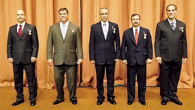 Raúl Castro condecoró en febrero de 2015 como héroes a los cinco agentes cubanos condenados en Estados Unidos por espionaje