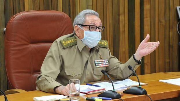"""Raúl Castro revisó junto a otros funcionarios """"al Plan para la prevención y control del nuevo coronavirus"""", detalla una breve nota oficial. (Granma)"""