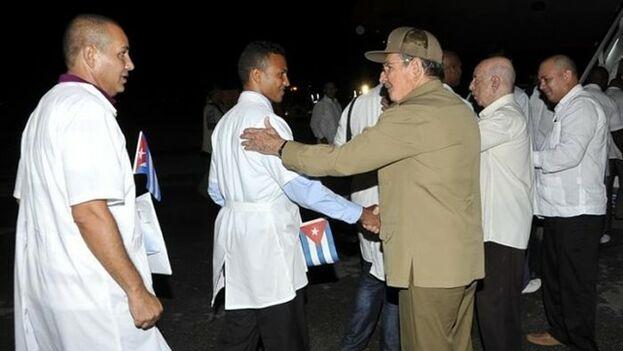 Raúl Castro y altos cargos del gobierno cubano despiden a un grupo de médicos 'internacionalistas'. (EFE)