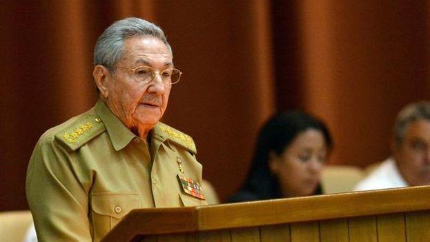 Raúl Castro habla frente a los parlamentarios cubanos. (EFE)